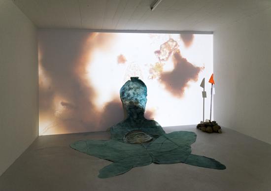 «Oberwasser», 2016, Video: Helene Sperandio, Tusche, Tempera und Kohle auf PapierFlusssteine, Wimpel, Dimensionen variabel