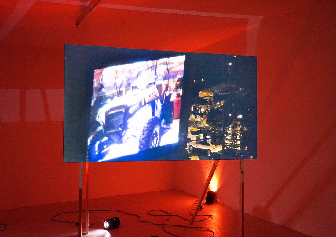 «Show Time»Installation mit Videoprojektion (HD, 19 min 34, mit Ton)auf freistehender Holzkulisse und interaktiven Lichtorgeln, 2017